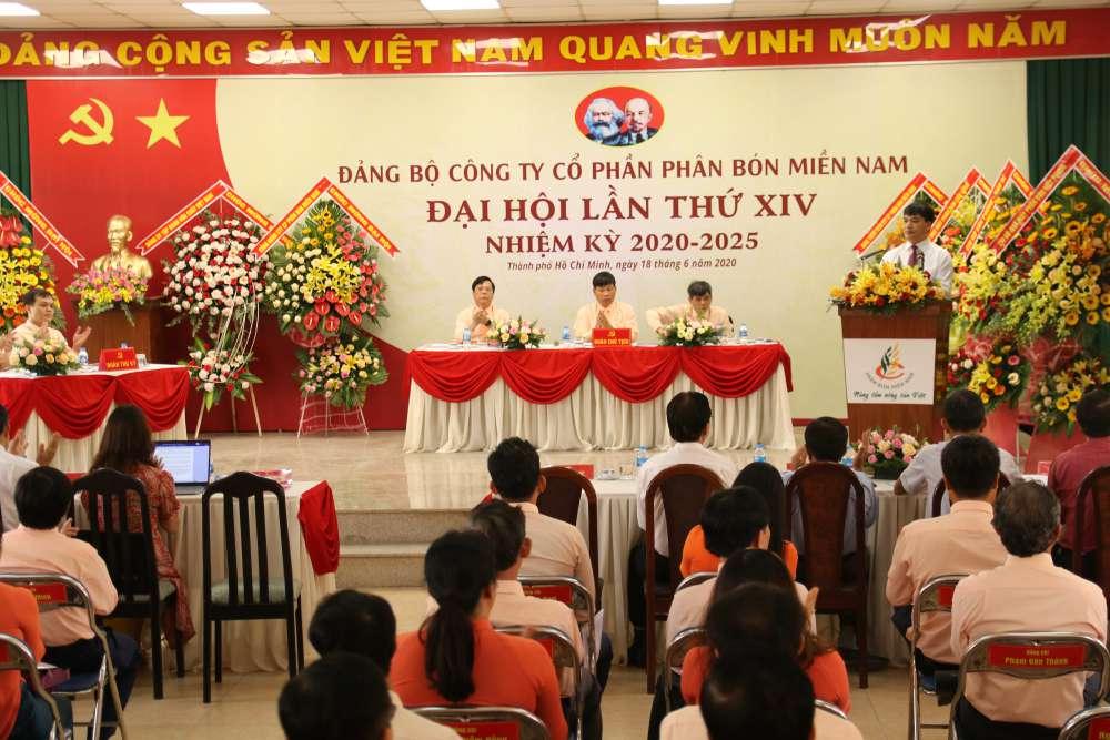 Đồng chí Nguyễn Văn Quý, Phó Bí thư thường trực Đảng ủy Tập đoàn phát biểu chỉ đạo Đại hội