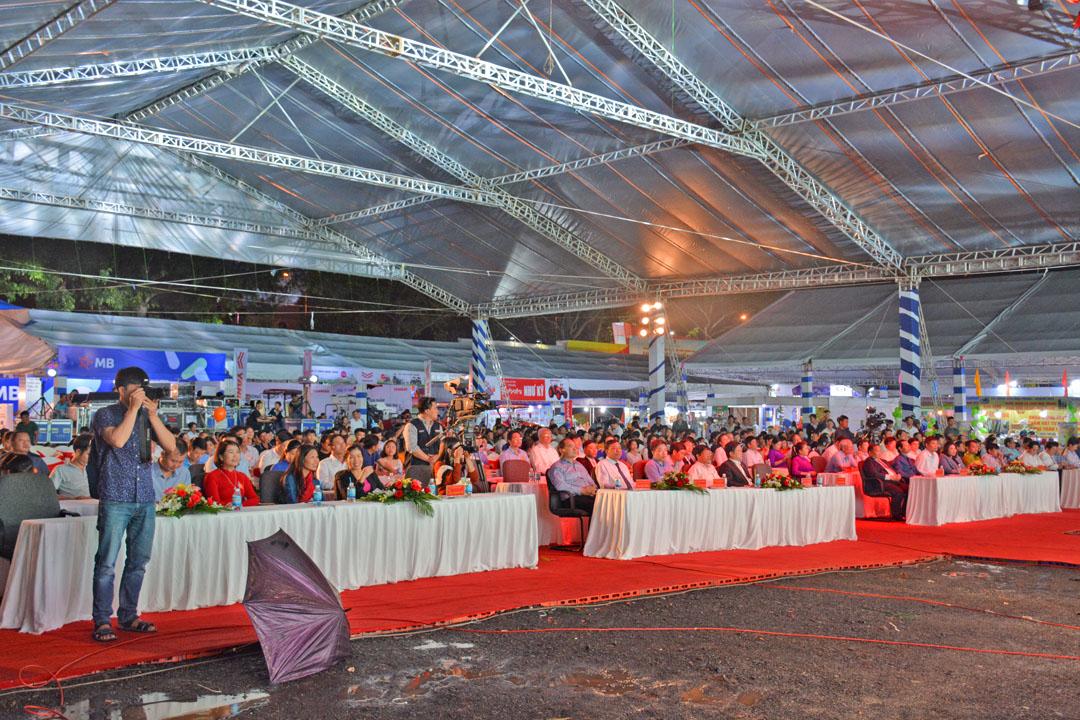 Đông đảo khách tham quan, các cơ quan báo chí, doanh nghiệp và nhà tài trợ đến tham dự lễ khai mạc