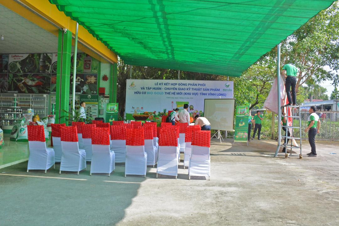 Các bạn nhân viên từ hai bên Công ty phối hợp cùng nhau chuẩn bị cho buổi lễ.