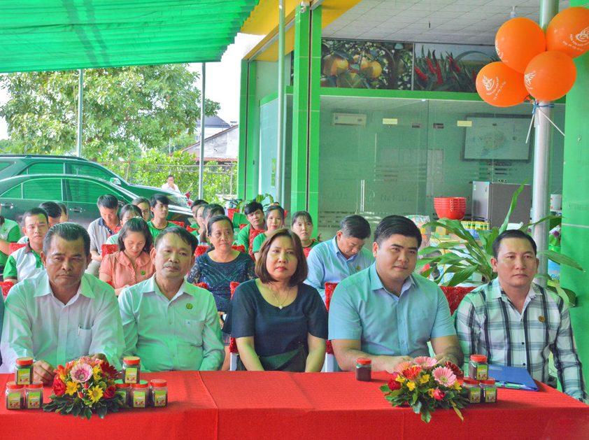 Từ trái sang Ông Nguyễn Văn Mảnh, Ông Đinh Văn Vụ, Bà Trần Thị Thanh Phong, Ông Nguyễn Minh Mẫn, Ông Đoàn Thanh Phong