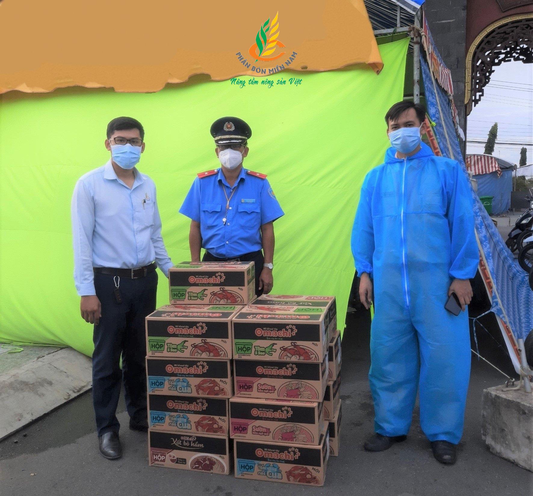 Thăm, tặng quà tại chốt kiểm soát Số 1 tỉnh Vĩnh Long
